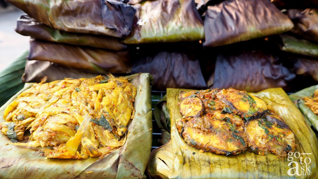 Aeb Pla-Aeb Koong : Mixed fresh water shrimps or fish with chili paste, wrapped in banana leaves and grill.