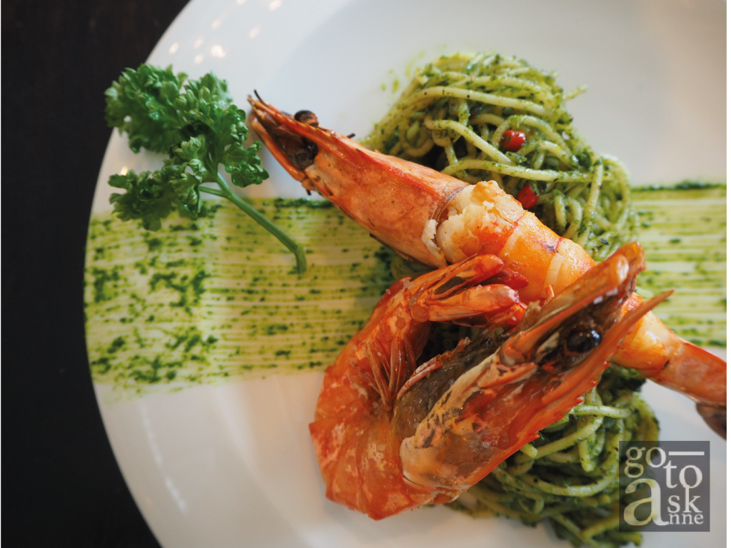 Apart from coffee and cakes, the spicy pesto pasta with river prawns is highly recommended.